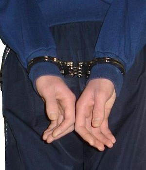 rp_300px-Hinged_Handcuffs_Rear_Back_To_Back.JPG